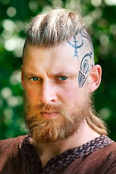 The best ideas for Viking hairstyles are gathered here. Find a short curly mens top knot, a medium undercut hairstyle, intricate Viking braids for long hair and many other stylish haircuts and beards for warriors in our gallery. #menshaircuts #menshairstyles #viking #vikinghaircut #vikinghairstyles #vikinghair Tapered Undercut, Medium Undercut, Undercut Fade, Disconnected Undercut, Viking Haircut, Viking Hairstyles, Undercut Hairstyles, Stylish Haircuts, Haircuts For Men