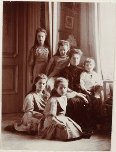 Empress Alexandra Feodorovna cercada por seus filhos as Grand Duchesses Anastasia Nikolaevna, Marie Nikolaevna, Olga Nikolaevna e Tatiana Nikolaevna, e Czarevich Alexei Nikolaevich, no Alexander Palace, em 1909.