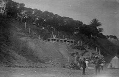 Necròpolis fenicio-punica de #Gadir, hallada en la Punta de la Vaca en 1887, desaparecida en la explosion de 1947 Cadiz, Twitter, Painting, Places To Travel, Waves, Antique Photos, Cow, Cities, Viajes