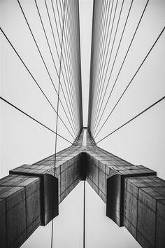 Dennis Jirasuwankij - Bridge | Sterke, geometrische compositie van een brug die lijkt op de Erasmus brug. Sterk vanwege de illusie van een gespiegelde helft die verstoord wordt door de lijn die door de linker helft loopt.