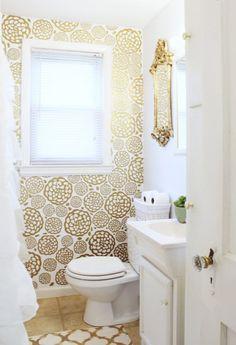 Inspiration pour des toilettes. (Glam Bathroom Makeover) (http://www.classyclutter.net/2014/10/diy-floral-faux-wallpaper.html)