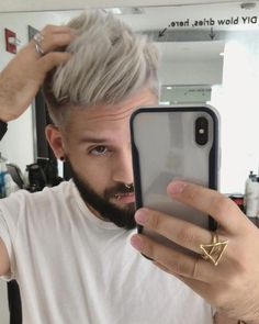 The top short hairstyles for men for the year 2018 are eye-catching and somewhat sophisticated. Today the short mens hairstyles have become particularly. Silver Hair Men, Silver Blonde Hair, Cool Hairstyles For Men, Haircuts For Men, Men's Hairstyles, Bleached Hair Men, Blonde Dye, Textured Haircut, Men Hair Color