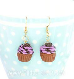 Handmade cupcake earrings with a chocolate bar on top Berry Cupcakes, Kawaii Jewelry, Polymer Clay, Berries, Drop Earrings, Chocolate, Shop, Handmade, Fimo