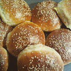 Die pefekten Hamburger Brötchen und das auch noch vegan :D -super fluffi- leicht süßlich- knusprig- Zutaten für ca. 10 Brötchen: 200ml warmes Wasser 4 El Sojamilch 1 Würfel frische Hefe 35g Zucker …