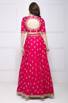 You don& have to own a designer lehenga to look your best. Now you can look like a pataka Sister of the bride budget suggestions included. Indian Lehenga, Lehenga Choli, Pink Lehenga, Bridal Lehenga, Lehenga Blouse, Sarees, Lehenga Designs, Indian Wedding Outfits, Indian Outfits