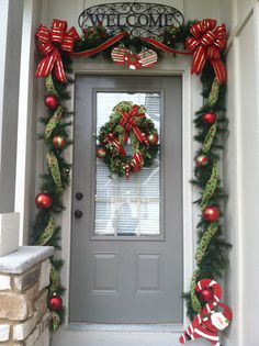 Christmas Decorations Check out these amazing Front Porch Christmas Decorating Ideas with outdoor lanterns, Christmas lights, holiday wreaths and garlands. So take your outdoor Christmas decorations to the next level with these amazing ideas! Front Door Christmas Decorations, Diy Christmas Garland, Christmas Front Doors, Christmas Garden, Decorating With Christmas Lights, Christmas Porch, Noel Christmas, Holiday Decor, Holiday Wreaths