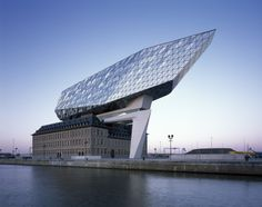 Im Hafen von Antwerpen - Verwaltungsbau von Zaha Hadid Architects