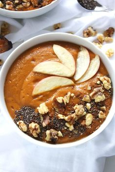 Why drink a pumpkin smoothie when you can eat a pumpkin smoothie bowl?! Made from pumpkin, banana and almond milk, it's both healthy and delicious!