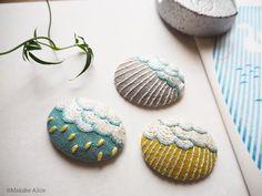 いいね!533件、コメント1件 ― マカベアリス Alice Makabeさん(@alice_makabe)のInstagramアカウント: 「しとしと ぽつぽつ ざーざー。 雨にも色々な表情がありますね。…」 Embroidery Works, Creative Embroidery, Hand Embroidery Designs, Beaded Embroidery, Cross Stitch Embroidery, Embroidery Applique, Art Textile, Textile Jewelry, Fabric Jewelry