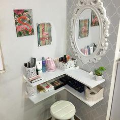 Penteadeira: 50 fotos, modelos e inspirações para ter a sua! Room Design Bedroom, Room Ideas Bedroom, Closet Bedroom, Diy Room Decor, Bedroom Decor, Vanity Makeup Rooms, Vanity Room, Corner Vanity, Makeup Table Vanity