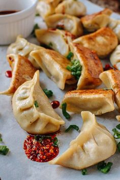 Chicken dumplings uses fresh and dried shiitake mushrooms to give them a deep, meaty flavor. Chicken dumplings totally stand up to the usual pork dumplings! Dumplings Receta, Best Dumplings, Dumpling Recipe, Chinese Dumplings, Making Dumplings, Homemade Dumplings, Vegetable Dumplings, Chicken And Dumplings, Chicken Gyoza