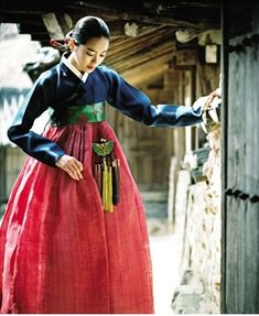 Korean traditional dress by Baek Oak-Soo.    This is a beautiful Han-bok. Absolutely beautiful.
