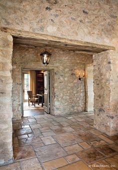 paredes de piedra y suelo rústico: