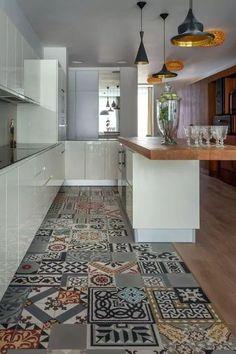 küche bodenbelag fliesendesign weiße küchenschränke | Küche ...