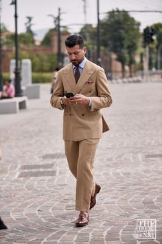 See the best street style moments captured at Pitti Uomo 96 Spring/Summer Street Style Outfits Men, Street Style Summer, Cool Street Fashion, Street Style Women, Older Mens Fashion, Looking Dapper, Tailored Suits, Classic Man, Dress Suits