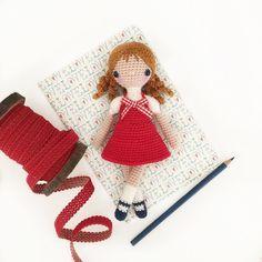 Lil' Lady in Red  Pattern: @amourfou_crochet - Kırmızılı kız da bitti ve diğer 3 kız 1 tosbikle gittiler Tabi öncesinde bolca fotoları çekilerek - Bu arada iki foto öncesindeki çekiliş hala devsm ediyor ve son gün Cumartesi gece. 12:00 Resmin altına 4 arkadaşınızı etiketlemeniz yeterli Belki size çıkar by runebrurun