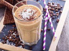 Kaffee-Smoothie ist der neue Trend-Drink – mit Banane und Chia-Samen macht er nicht nur satt sondern auch wach. Lecker!  Zum Rezept: http://eatsmarter.de/ernaehrung/news/kaffee-smoothie-selber-machen