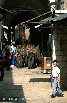 Todo fue muy rápido... El niño, con una piedra en la mano, me miró fijamente, sonriendo. Se había dado cuenta de que era extranjero, que era un fotógrafo que trabajaba por el barrio arabe de Jerusa...