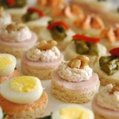 Get ready for holiday parties by making these super easy Christmas party appetizers. Check out our collection of Christmas finger food appetizers. Finger Food Appetizers, Holiday Appetizers, Appetizer Recipes, Shrimp Appetizers, Party Appetizers, Holiday Parties, Aperitivos Finger Food, Christmas Finger Foods, Chilean Recipes