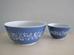 Vintage pyrex bowls, french daisy / colonial mist