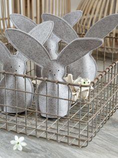 Hier ostert es ganz gewaltig. Nicht zuletzt, weil ich eine ganze Hasenbande in meinem Wohnzimmer beheimate, die alle Blicke auf sich zieht. Die Eierwärmer aus Filz haben ein hübsches Körbchen bekommen, damit sie nicht gleich weghoppeln können. Ob sie das überhaupt wollen?