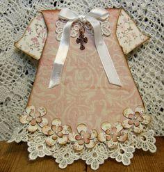 Här har vi en liten dopklänning! Kortet har jag gjort på beställning till en granne. Första gången jag gör en sådana klänning . Korset är i...