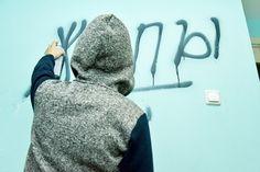 Короткое «заборное» слово обойдётся салехардской семье в 20 000 рублей!   Проходя мимо неприличных надписей на стене дома или в собственном подъезде, мы обязательно мысленно или вслух ругаем хулиганов.  Но, как правило, дальше дело не идёт –  большинству не хочется тратить свое личное время на жалобы в полицию: «всё равно никого не найдут», оправдывают свое нежелание многие и быстрее бегут домой.  Но, оказывается, можно по-другому. В рамках закона и с минимальными затратами времени и сил…