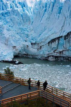 Es el Glaciar Perito Moreno. Está en la Agentina. El Glaciar Perito Moreno es muy importante porque es una reserva de agua dulce.