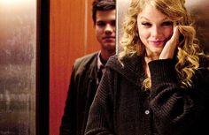 Depois. Não, eu não te amei assim que te vi. Não te amei porque Eu te olhei E você tinha dois olhos Óbvios e cômodos Bem no meio da cara No mesmo ângulo típico De tanta gente errada.  Não, eu não te amei tão cedo. Eu te amei depois. Bem depois.  Depois de