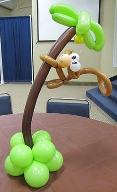 Centro de mesa con globos de tubito para fiestas infantiles.