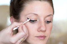 Und wenn Dein Eyeliner auch dann noch nicht richtig gelingt, kannst Du mit einem Wattestäbchen und etwas Concealer alle Fehler ausbügeln.   41 Schönheits-Tipps, die perfekt sind für faule Frauen