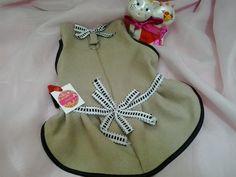 vestido pet confeccionado em tecido de algodão , fechamento em velcro ,argola para guia , acabamento em vies, detalhes em fitas.,