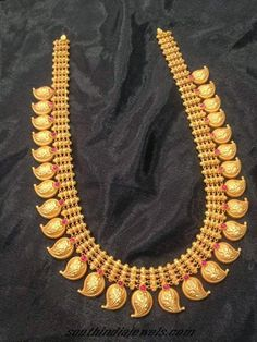 Indian Jewellery and Clothing: Ravishing designs of Mango mala\/ Paisley design necklace with different gem stones from Big Shop Ooty Mango Mala Jewellery, Kerala Jewellery, Indian Jewelry, Traditional Indian Jewellery, Gold Bangles Design, Gold Jewellery Design, Gold Jewelry, Bead Jewellery, Dainty Jewelry