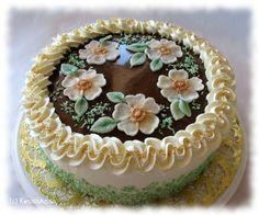 Tämän kakun tein arkisesti nyyttäriviemisenä kaverille, mutta nimesin kakun sen herkän tunnelman mukaan, jonka sen koristeluvaihe itsessäni täytti. Omistan kakun siis kaikille tämän kesän juhannusmorsiamille! Kookoshiutaleiden värjäyskikan näin jossain toisessa blogissa jo hyvän aikaa sitten ja nyt tuli sopiva tilaisuus testata ideaa käytännössä - ja todeta toimivaksi. Kommentteihin saa vinkata, jos joku tunnistaa keksinnön omakseen. […]