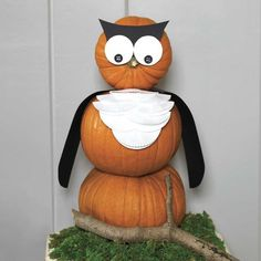Decorating for Halloween and fall usually involves yielding a pointy object and carving into a pumpkin, but maybe you should try something effortless like these no-carve pumpkin decorating ideas. Easy Halloween Crafts, Halloween Pumpkins, Fall Crafts, Fall Halloween, Halloween Decorations, Fall Decorations, Halloween Ideas, Diy Crafts, Pumpkin Template