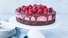 Brownie med hindbærmousse og chokoladeganache | Femina Cake Cookies, Cupcakes, Birthday Brunch, Fudgy Brownies, Eat Dessert First, Food Inspiration, Cheesecake, Mousse, Food And Drink