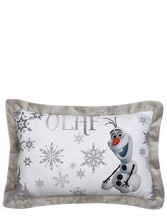 Olaf-tyyny. Suloisen sisustustyynyn päätähti on aina yhtä iloinen Olaf. Mukavan pehmeän tyynyn mitat ovat 28 x 42 x 7 cm. 100 % polyesteriä. Käsinpesu.