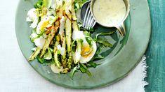 Een frisse salade met gegrilde groene asperges en een dressing van citroen en tijm. Afgemaakt met pistachenoten en een zachtgekookt eitje.