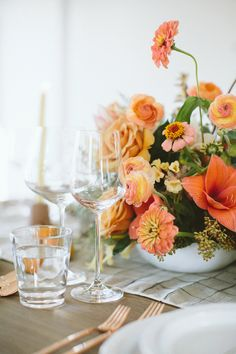 Friendsgivingtable setting ideas with @100layercake