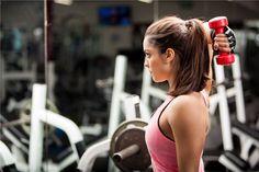 Un ejercicio para tríceps muy sencillo en dos movimientos y que debes practicar con poco peso. Primero, sujeta una mancuerna por detrás de tu cabeza en un ángulo de unos 90 º.