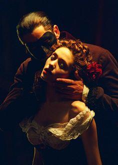 """""""...já foi montado em 25 países, ganhou 50 grandes prêmios do teatro, arrecadou mais de 5 bilhões de dólares e já foi visto por mais de 100 milhões de pessoas. Mas os números não param por aí, pois tanto a produção de Nova Iorque quanto a de Londres continuam em cartaz até hoje. The Phantom of the Opera domina a posição de maior espetáculo teatral de todos os tempos, ultrapassando o fenômeno """"Cats"""", também de Lloyd Webber, em todas as categorias."""""""