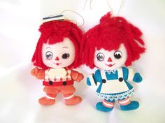 These vintage Christmas ornaments are just delightful! The yarn - haired Raggedy Ann and Andy have plastic faces, flocked clothes and paper accessories. They are 3.75 inches (9.5 cm) tall.  Condition: Very good. Both have a case of bed head from laying in storage; he is missing and eye and it was drawn on; he has a smear of glue on the side of his face; her face is faded as are his flocked clothes.  Check here for more items: http://www.etsy.com/shop/bythewaysidexmas?section_id=15787776…