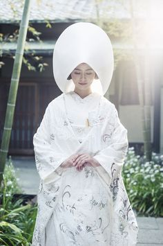 White has symbolized the sun's rays since ancient times and from the Heian period. Japanese Wedding Kimono, Japanese Kimono, Japanese Brides, Traditional Wedding Attire, Traditional Outfits, Traditional Japanese, Japanese Geisha, Japanese Beauty, Asian Beauty