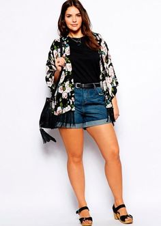 How to wear denim shorts if you're curvy: with a long kimono