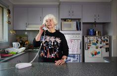 """Si chiama """"Grandmas rock"""" il progetto fotografico dell'australiano Jay Hynes. Nonnine rockettare riprese nelle loro case in un giorno qualunque: leggendo un libro in poltrona, sorseggiando un caffè, lavorando alla macchina per cucire, rifacendo il letto. Tutto paurosamente normale s"""