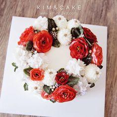 "1,033 Likes, 5 Comments - Butter cream flower cake&class (@kimncake) on Instagram: ""🍒🍒#bakingclass#buttercream#cake#baking#wiltoncakes#weddingcake#버터크림케이크#wilton#flowers#buttercake#플라워케이크#wedding#버터크림플라워케이크#specialcake#birthdaycake#flower#플라워케익#rose#디저트#케이크#cupcake#dessert#food#beautiful#부케#bouquet#instacake#꽃스타그램#flowercake#peony…"""
