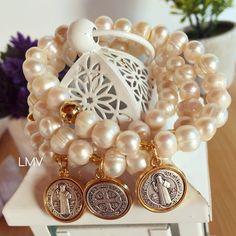 Pulseras de perlas con dije de San Benito by Luz Marina Valero