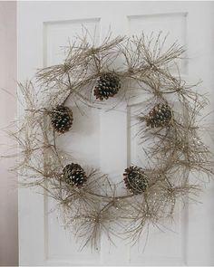 corona de Navidad con ramas y piñas