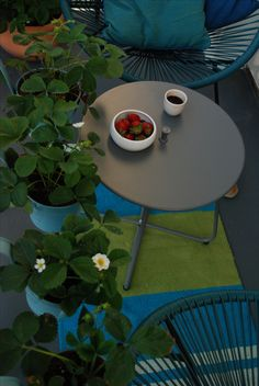 Balconies ideas, balcony design, city garden, outdoor furniture, balcony plants, strawberries, coffee break