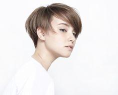 知的で聡明、洗練された大人の女性をイメージさせるヘアスタイルです。 一見シンプルな髪型ですが、ツーブロック気味したカットがポイントとなってスパイスの効いたショートスタイルに。 ボリ...
